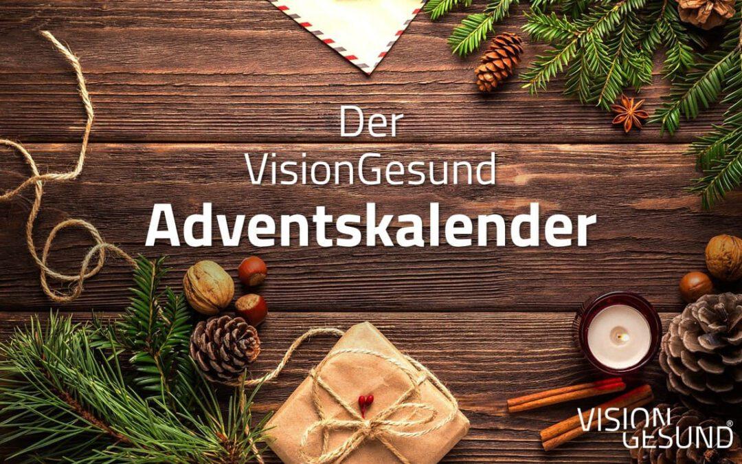 """Zentral im Bild steht in weißer Schrift geschrieben: """"Der VisionGesund Adventskalender"""". Drumherum befindet sich weihnachtliche Dekoration wie Tannenzweige, Zimtstangen, ein Teelicht, Tannenzapfen und ein kleines Geschenk. All dies befindet sich auf einem dunklen Holzbrett."""