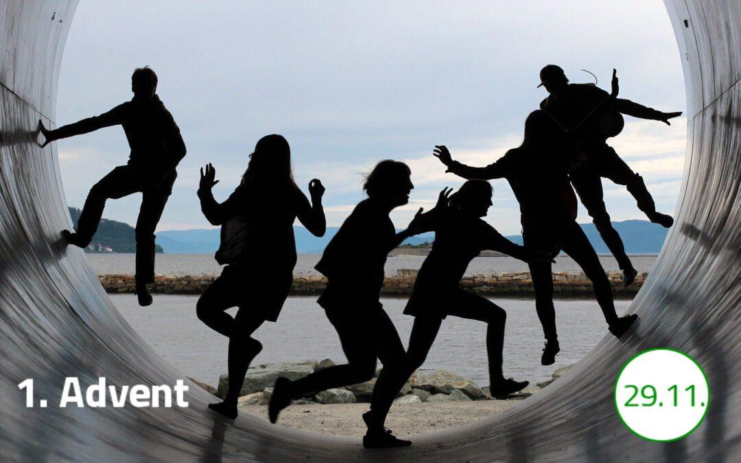 """Die Silhouetten von sechs Personen sind zentral im Bild zu sehen. Sie bewegen sich in einer großen Röhre auf und ab. Sie strahlen Freude und Spaß an Bewegung aus. Unten links im Bild steht """"1. Advent"""" geschrieben. Unten rechts im Bild steht in einem weißen Kreis mit grünem Rand das Datum 29.11. geschrieben."""
