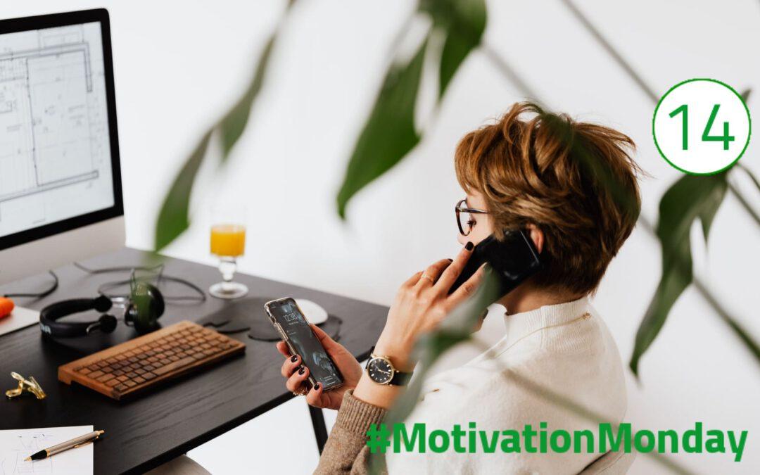 Eine Frau telefoniert mit einem Smartphone am Ohr; ein zweites Handy hält sie in der Hand und schaut darauf. Sie sitzt auf einem Stuhl vor einem Bildschirm. Das Bild spiegelt demnach die digitale Arbeitswelt und deren Stress und Anforderungen wider.